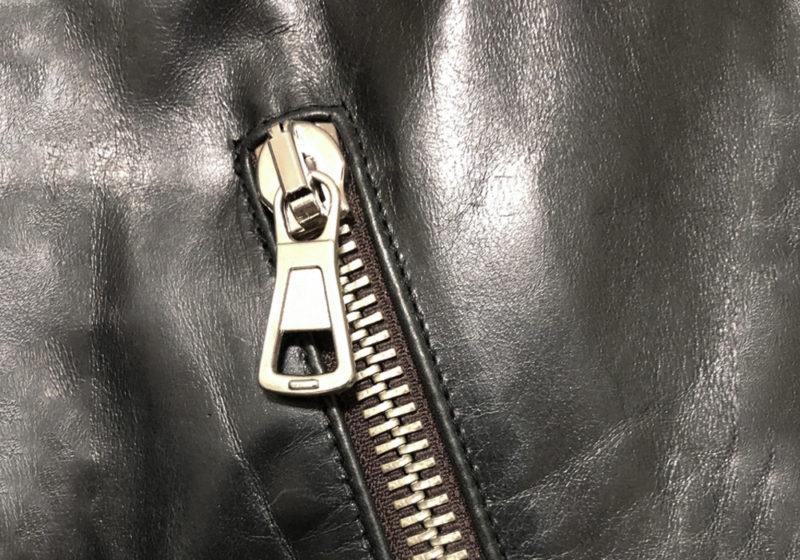 メゾンマルジェラのハの字ライダースジャケットのジップ
